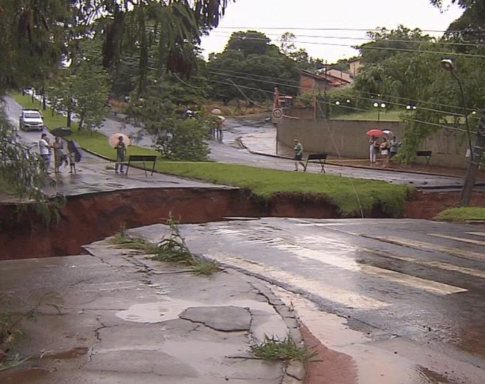 Cratera se formou em avenida de Assis (Foto: Reprodução/TV TEM)