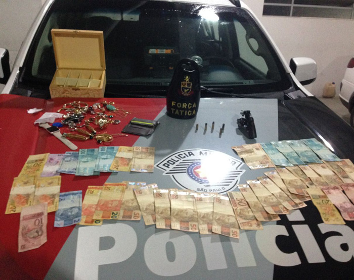 Foram encontradas joias roubadas, cartões de crédito e R$ 2.079 (Foto: Polícia Militar/Divulgação)