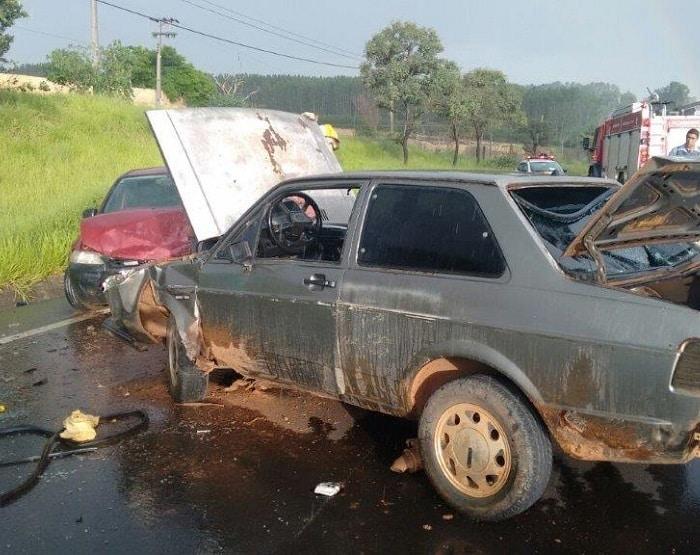 Carros bateram de frente na rodovia (Foto: Joãozinho Trentini/Rádio Tupã/Divulgação)