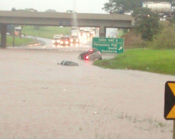 Carros ficaram encobertos pela água em rodovia (Foto: Arquivo Pessoal)