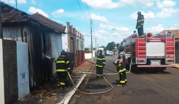 Os bombeiros atenderam a ocorrência e em pouco tempo o fogo foi apagado (Foto: i7 Notícias)