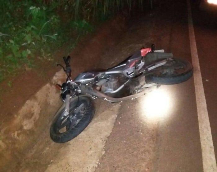 Homem de 40 anos perdeu o controle da moto e bateu em pilar de ponte (Foto: Polícia Militar/Divulgação)