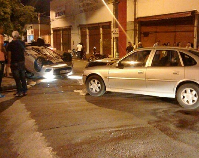 Com o impacto, um dos carros chegou a capotar (Foto: Marllon Vasiulis Polsaque)