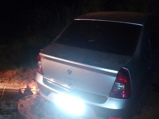Durante tentativa de fuga, carro bateu em barranco (Foto: João Trentini/Rádio Tupã)