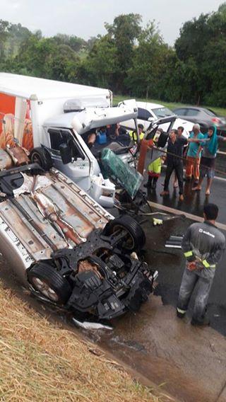 Seis veículos se envolvem em grave acidente na SP-225