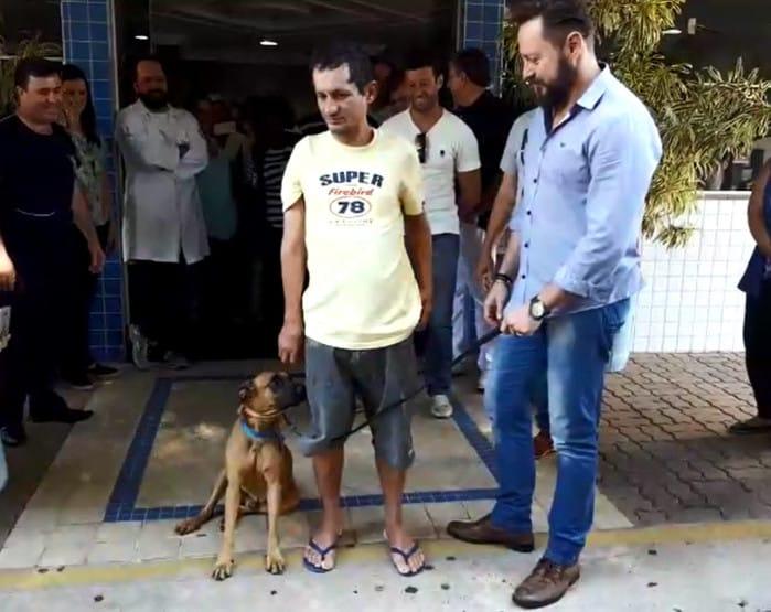 Marronzinho 'posa para foto' com dono na saída de hospital de Limeira (Foto: André Natale/EPTV)