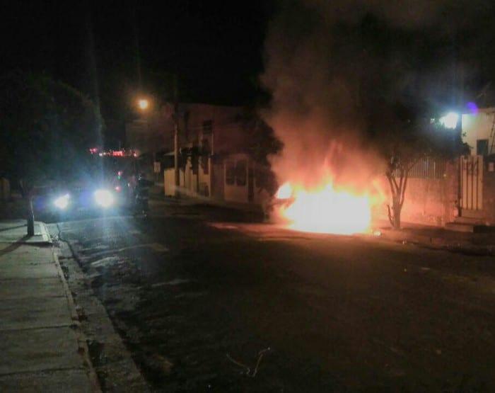 Carro é incendiado durante a madrugada na vila Glória em Assis (Foto: Marcos Diniz)