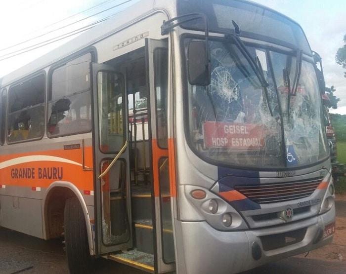 Ônibus de transporte público ficou destruído (Foto: Corpo de Bombeiros/Divulgação)