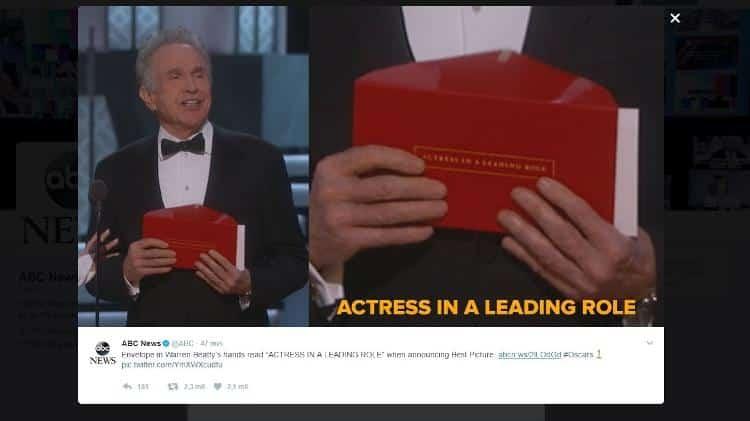"""Envelope segurado por Warren Beaty continha a inscrição de melhor atriz (""""actress in a leading role"""", em inglês)"""