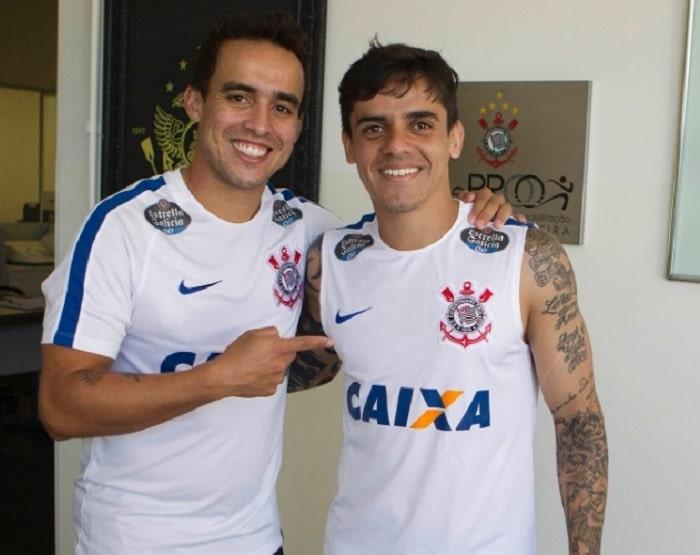 Fagner ao lado de Jadson: lateral crê em resposta dentro de campo (Foto: Daniel Augusto Jr. / Ag. Corinthians)