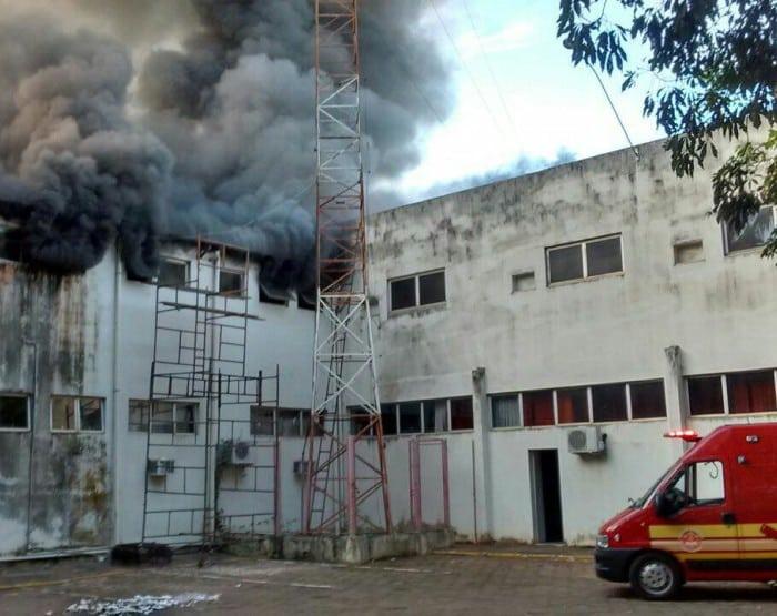Corpo de Bombeiros foi acionado para combater as chamas (Foto: Arquivo pessoal)