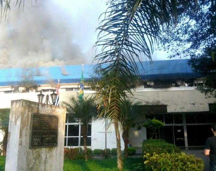 Incêndio atingiu o segundo andar da prefeitura (Foto: Arquivo pessoal )