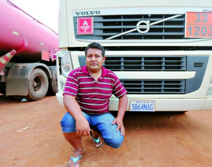 Motorista boliviano Juan Colha aguarda o carregamento do veículo com gasolina, em Senador Canedo (Foto: Cristiano Borges)