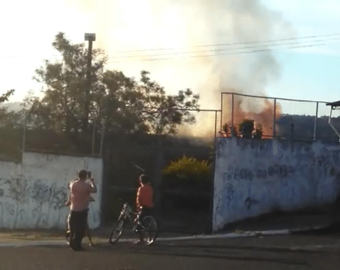 Altura das chamas assustou moradores que passaram pelo local (Foto: Arquivo Pessoal)