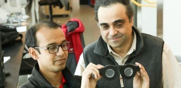 "Carlos Mastrangelo (dir.) con o estudante de doutorado Nazmul Hasan segurando os ""óculos inteligentes"""