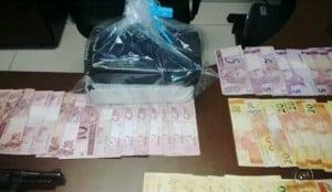 Dois revólveres, dois quilos de maconha e R$ 6 mil em dinheiro foram apreendidos (Imagem: Reprodução Tv Tem)
