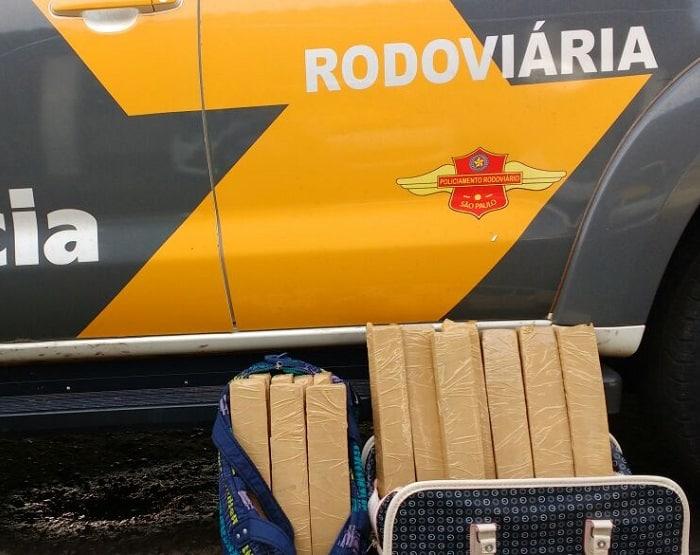 Droga era carregada em duas bolsas que a mulher carregava (Foto: Polícia Rodoviária/Divulgação)