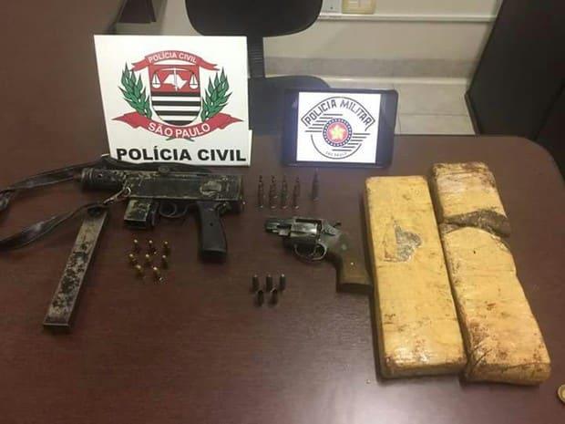 Dois tijolos de maconha, armas e quatro motocicletas foram apreendidas (Foto: Polícia Civil/Divulgação)