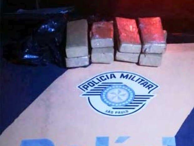 Foram apreendidos 8 tijolos de maconha (Foto: I7 Notícias / Divulgação)