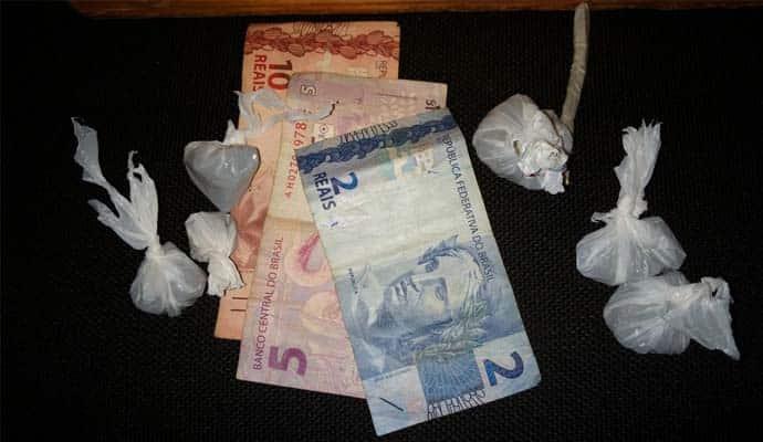 Dinheiro e porções de maconha também foram apreendidos (Foto: Reprodução/i7Notícias)