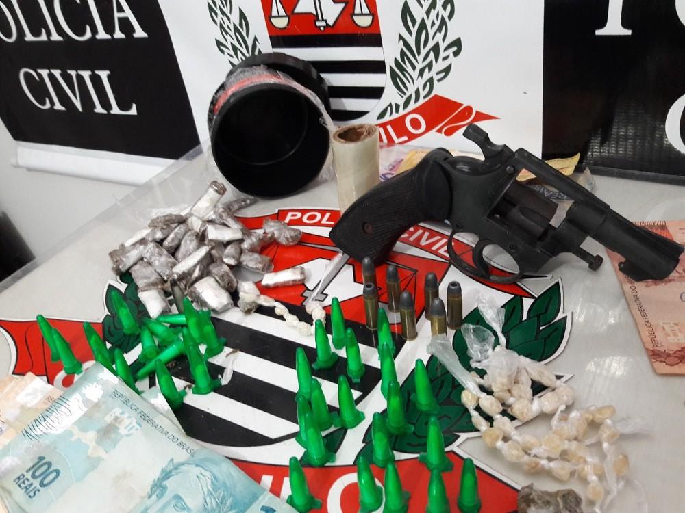 Drogas, arma e dinheiro foram apreendidos com suspeito em Marília (Foto: Dise/Divulgação)