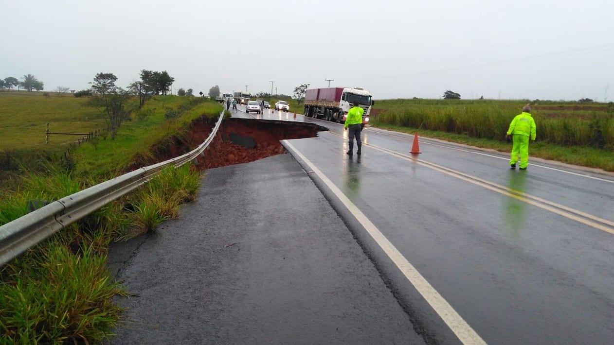 Chuva intensa deste domingo fez com que o asfalto cedesse em Echaporã (Foto: Eduardo Meira / Divulgação )