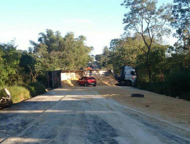 Rodovia Assis/Paraguaçu é interditada na manhã desta quinta-feira após acidente (Foto: Divulgação/Polícia Rodoviária)