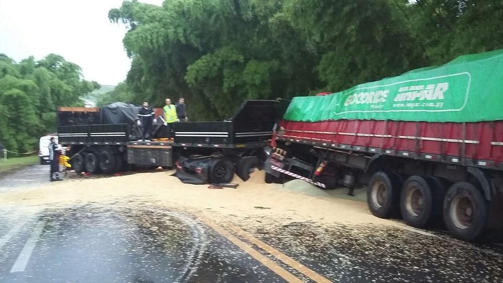 Acidente com carretas e carro deixa um morto em Echaporã (Foto: Jornal do Povo/Divulgação)