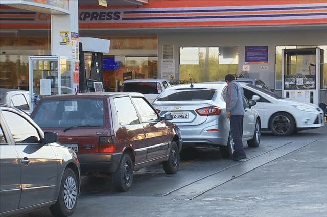 Filas de carros se formaram no início da manhã desta quinta-feira (24) nos postos de gasolina (Foto: Reprodução/TV TEM)