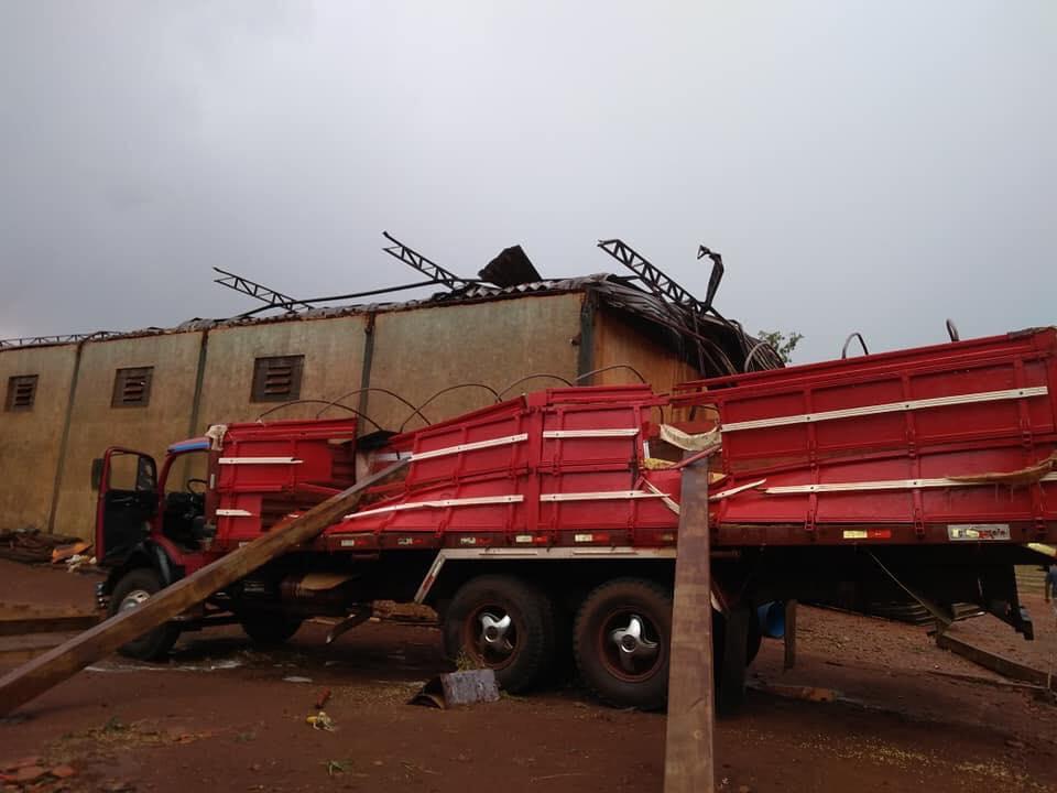 Estilhaços caíram em cima da carroceria de um caminhão (Foto: Reprodução/Gazeta Regional)