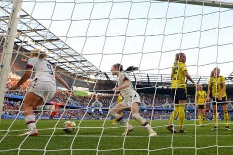 Horan (à esq.) comemora primeiro gol marcado nesta quinta-feira (Foto: DAMIEN MEYER / AFP / LANCE!)