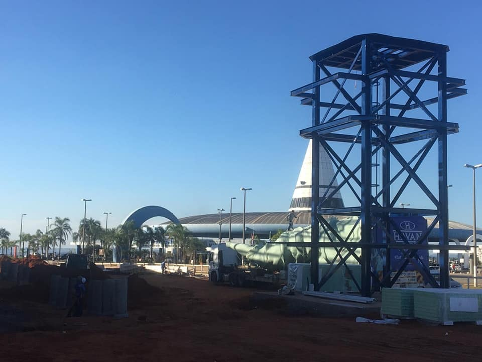 Estátua estacionada em terreno próximo do Terminal Rodoviário de Marília (Foto: Divulgação)