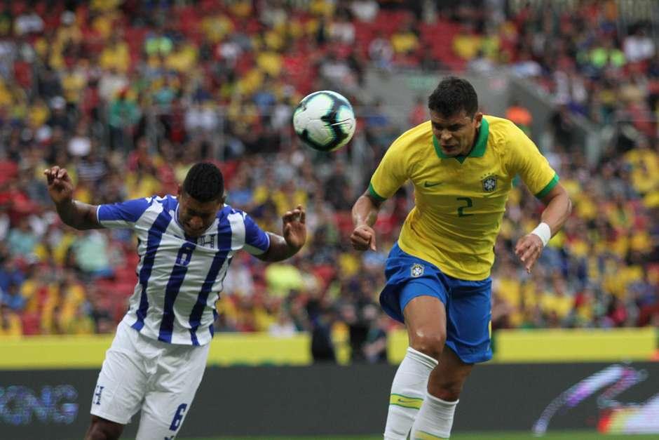 Thiago Silva, do Brasil, cabeceia para marcar gol durante amistoso contra Honduras, no Estádio Beira-Rio, em Porto Alegre (RS), na tarde deste domingo, 9 de junho de 2019 (Foto: EVERTON SILVEIRA/AGÊNCIA FREE LANCER / Estadão)