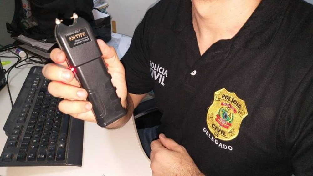 Arma de choque foi encontrada dentro da casa do vigilante — Foto: Alex Pimentel/SVM