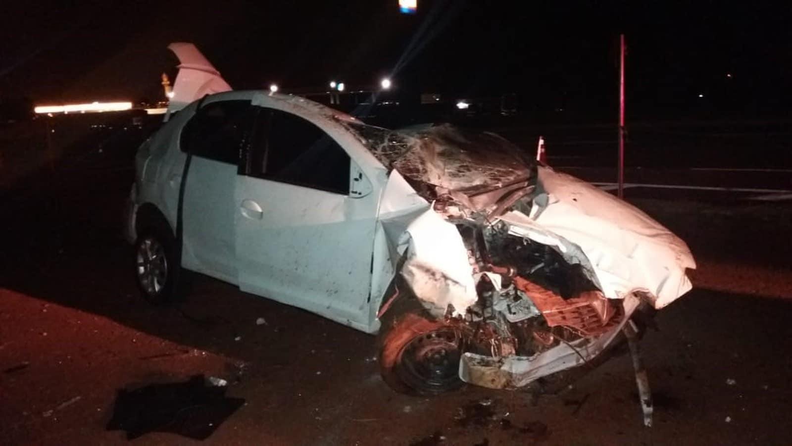 Carro capotou e bateu em poste, na BR-376 — Foto: Divulgação/PRF