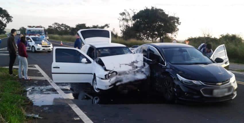 Veículos colidem e duas pessoas ficam feridas em rodovia de Paraguaçu Paulista (Foto: Manoel Moreno)
