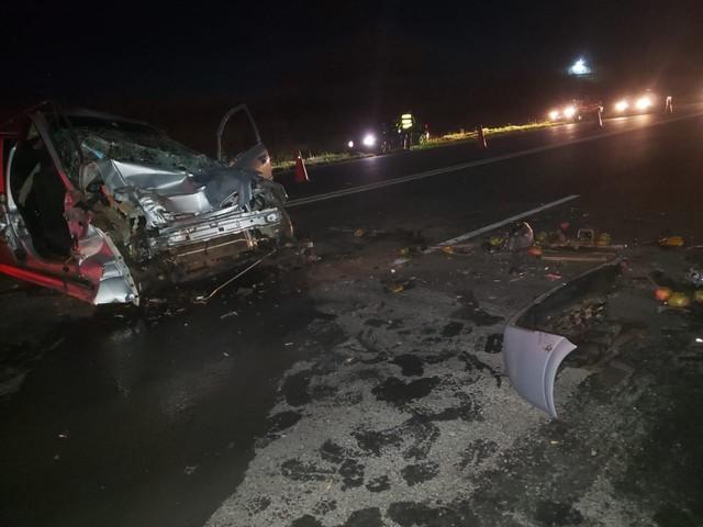 Caminhão de manga cruza a pista de rodovia e atinge carro em Iacri — Foto: João Trentini/Divulgação