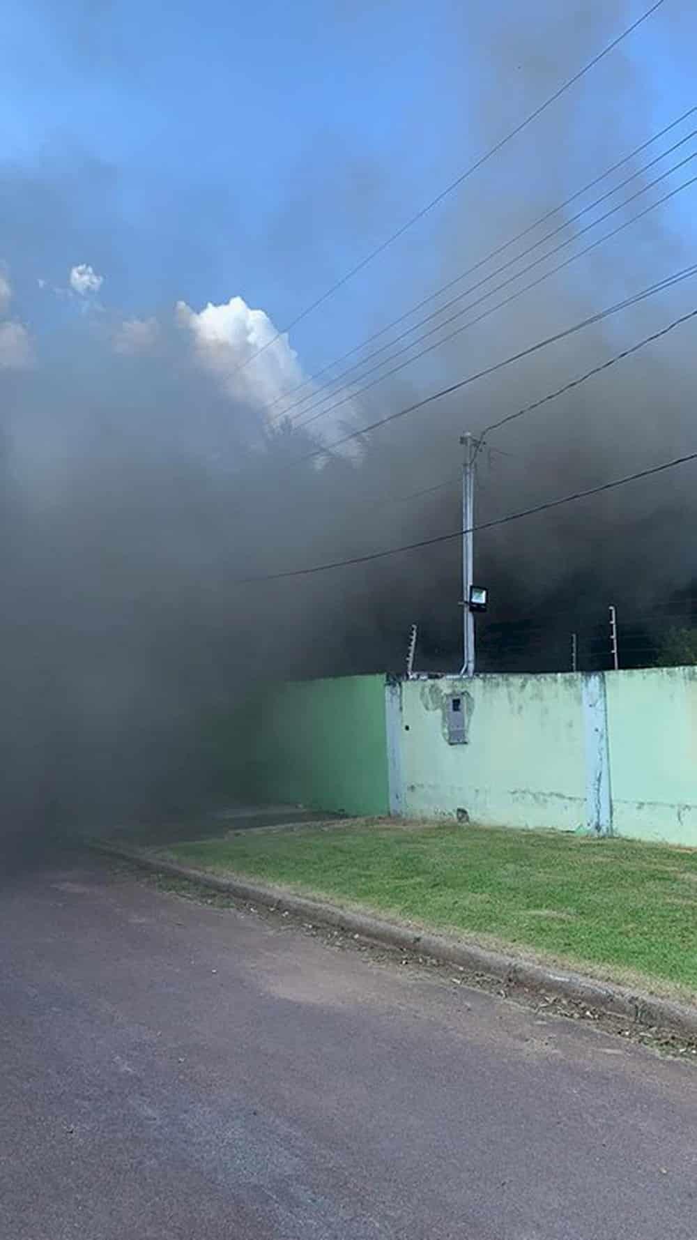 A casa foi destruída e o veículo queimado — Foto: Divulgação