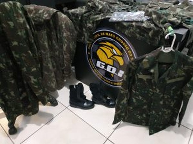 Polícia apreendeu fardas com a suspeita que fingia ser sargento do Exército — Foto: Polícia Civil/Divulgação