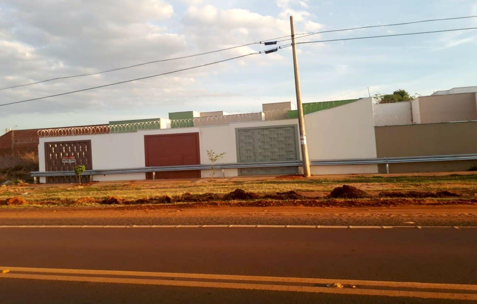 Guard-rail instalado pelo DER impediu que moradores de bairro de Bauru entrassem ou saíssem de suas casas — Foto: Ariane Flores/TV TEM