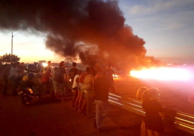 Moradores fizeram protesto junto às defensas metálicas e fecharam acesso à SP-294 — Foto: Alan Schneider/TV TEM