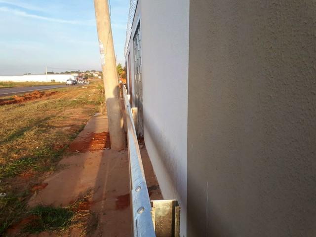 Defensas metálicas ficaram junto aos muros das casa: impasse entre prefeitura e governo do estado — Foto: Ariane Flores/TV TEM
