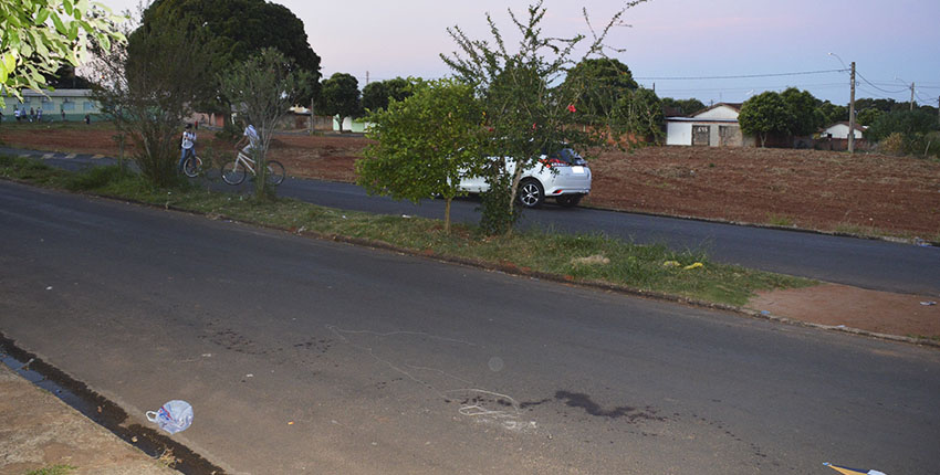 Vítima estava no meio da rua quando foi atingida pelo disparo da arma de fogo (Foto: Manoel Moreno/i7 Notícias)