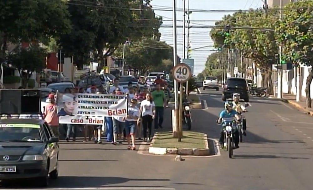 Moradores de Ourinhos protestaram pedindo justiça no caso Brian — Foto: Reprodução / TV TEM