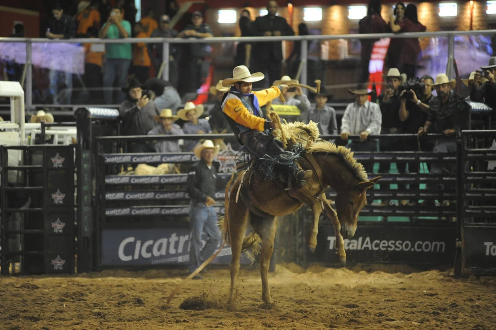Atleta praticante da modalidade de montaria em burro — Foto: Júlio Cesar Costa/G1