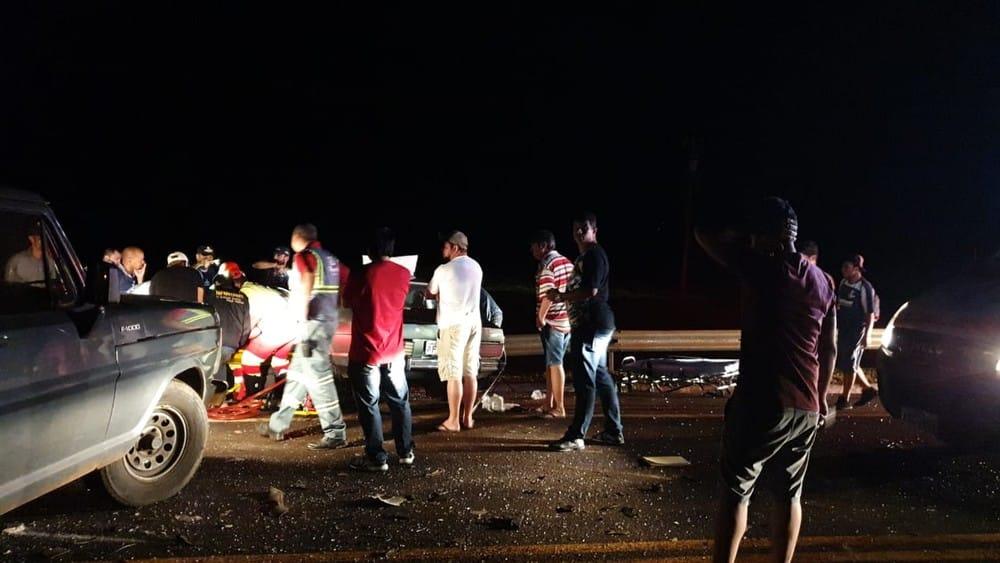 Socorristas foram prestar socorro às vítimas que estavam no carro — Foto: Guilherme Rigon/Rádio Rainha