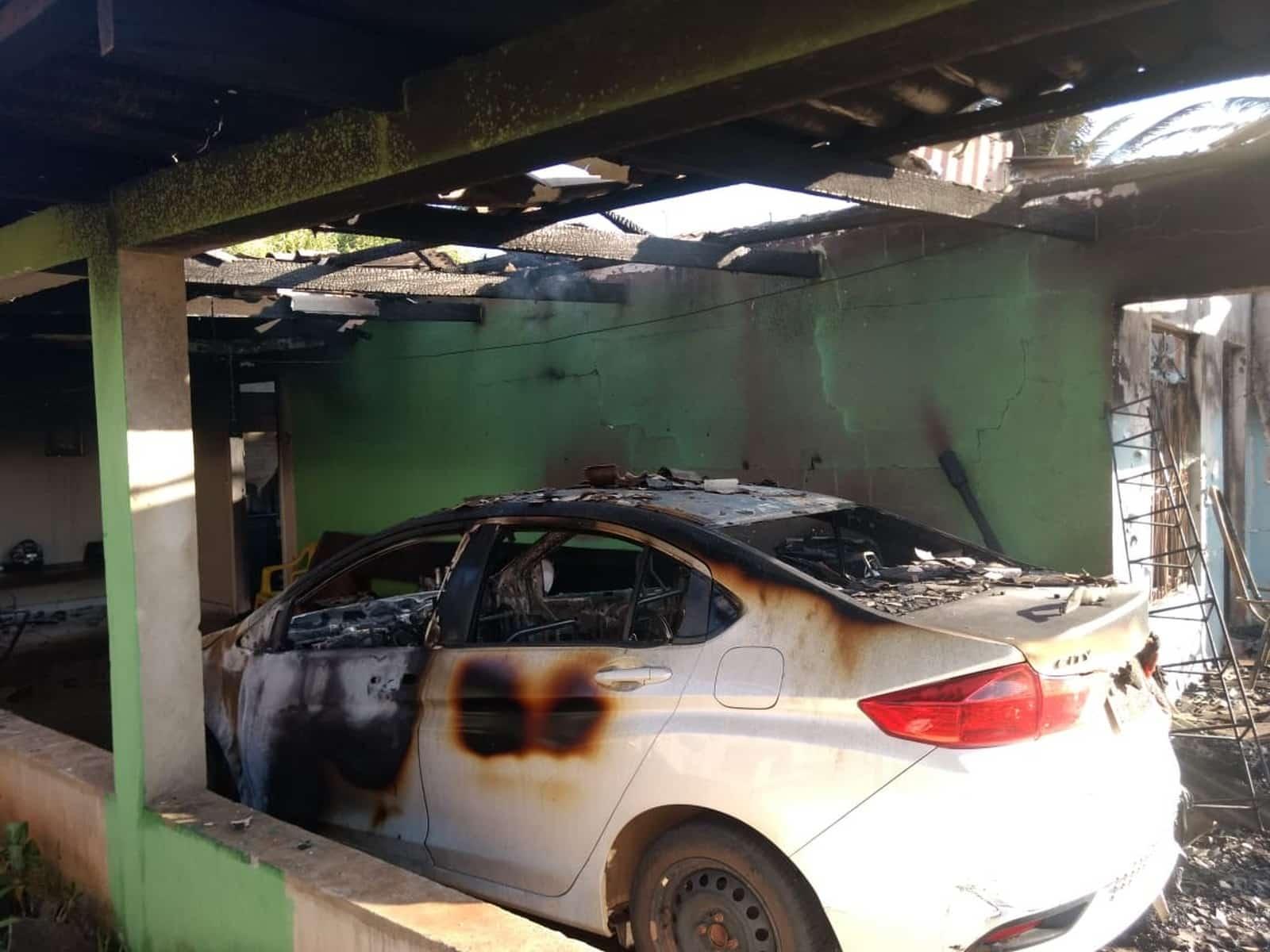 Carro e casa foram destruídos no incêndio em Matupá — Foto: Corpo de Bombeiros de Guarantã do Norte (MT)