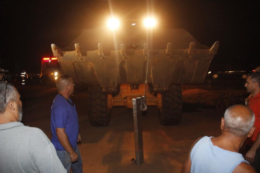Máquinas da prefeitura fizeram a retirada dos guard-rails ainda na noite de quarta-feira — Foto: Priscila Medeiros/Prefeitura de Bauru
