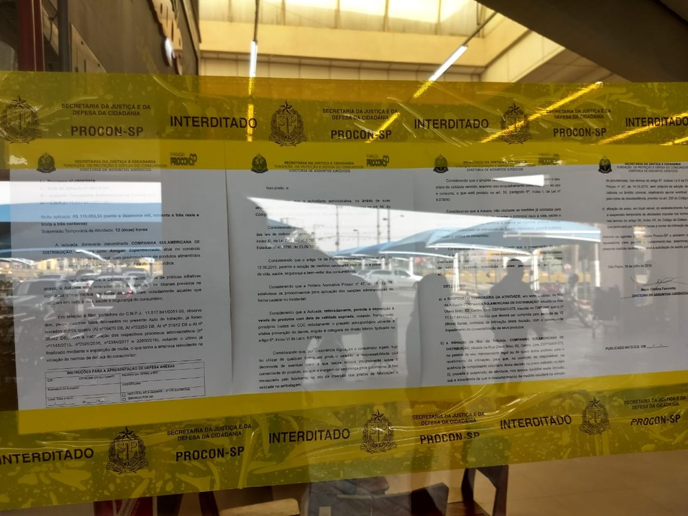 Procon lacrou uma das unidades do supermercado em Lins por 12 horas: 35 casos de produtos fora da validade em três anos — Foto: J. Serafim/Divulgação