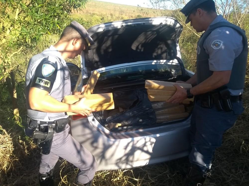 No carro, policiais encontraram 200 tabletes de maconha, que pesaram 300 quilos — Foto: Polícia Rodoviária/Divulgação